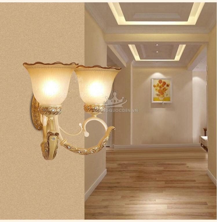 Không gian quán cà phê nổi bật với đèn tường trang trí đẹp