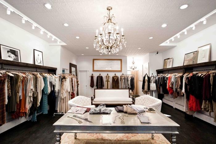 Bạn đã biết cách trang trí đèn shop quần áo nổi bật và thu hút chưa?