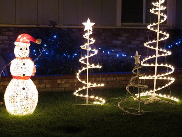 Ý tưởng thiết kế đêm Giáng Sinh ngoài trời với đèn sân vườn tuyệt đẹp