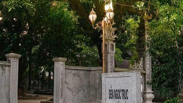 Đền Ngọc Trục ấn tượng với 14 sản phẩm đèn trụ sân vườn cao cấp tại Vương Quốc Đèn